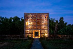 """Das Terra-Cotta-Studio ist ein sieben mal sieben mal sieben Meter langer Ziegelwürfel am Ufer des Thu-Bon-Flusses. Die Ziegelstruktur der Fassade zitiert die Champa-Tempel, die vor rund 1 500 Jahren in dieser Gegend errichtet wurden. Begründung der Jury: """"Das Gebäude vereint leben und arbeiten. Unserer Einschätzung nach zeigt es in gewisser Hinsicht die zukünftigen Arbeitsbedingungen. Ein weiterer höchst interessanter Aspekt dieses Projekts ist, wie Geschichte in Beziehung zu Modernität tritt, Vergangenheit zur Zukunft. Ziegel werden hier auf eine traditionelle Weise eingesetzt, die durch Klima und Lichtverhältnisse bedingt ist. Die Ziegel wurden dabei nicht über die tragende Struktur gestülpt, sondern bilden selbst die Struktur. Ihre Massivität und die Winddurchlässigkeit der Hülle verbessern das Raumklima. So bezieht sich das Terra-Cotta-Studio auf gelungene Weise auf den Ort."""""""