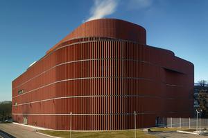 Den oberirdischen Teil des Kraftwerks, das beim Brick Award 2018 ausgezeichnet wurde, ziert eine geschwungene Fassade aus vertikalen, keramischen Elementen.