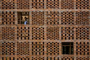 Die Hülle aus Backsteinen erzeugt eine gewisse Privatsphäre und lässt gleichzeitig einen Teil des Windes durch, der im Innern für eine frische Brise sorgt.