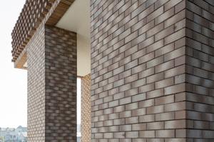 Um Monotonie in den Fassaden dieser beiden Hochhäuser zu vermeiden, arbeiteten die Planer von Tony Fretton Architects und De Architecten NV mit einem Läuferverband, der früher für tragende Mauern verwendet wurde.