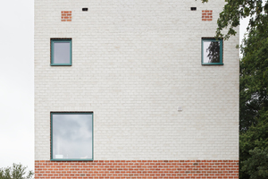 Das Wohnhaus wurde aus roten Ziegeln erreichtet, aus deren Fugen der Mörtel ungeglättet herausquilt. Dies betont seinen robusten, archetypischen Charakter.