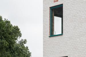 Die Fensteröffnungen sind in der Nähe der Gebäudeecken angeordnet, woraus sich diagonale Sichtachsen ergeben.