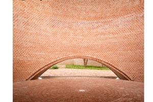 """Die Publikation """"Brick 18"""" stellt alle 50 nominierten Bauten vor. Beiträge zum aktuellen Architekturdiskurs ergänzen die Projektbeschreibungen."""