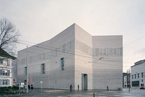 Die Fassade des Gebäudes besteht aus gebrannten Ziegeln, denen mittels Stickstoff die Rot- und Gelbtöne entzogen wurden.