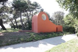Der Kapellenentwurf von Flores & Prats ist mit seiner Farbigkeit und den schönen Kurven ein Beispiel für die fröhliche Gläubigkeit unserer südländischen Nachbarn