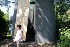 Smiljan Radics Kapelle lässt sich schließen, allein das Dach - eine plan aufliegende und überstehenden, quadratische Glasplatte - bleibt zum Himmel geöffnet