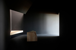 Innen dann klassiche Lichtführung kleiner Sakralräume ... Sitzgelegenheiten gibt aber nur draußen