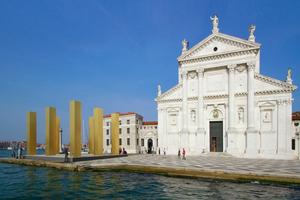 """Hinüber von S. Marco, Ankommen vor der Chiesa di San Giorgio (hier auf dem Foto eine Arbeit von Heinz Mack 2014 """"The Sky Over Nine Columns"""". Rechts dahinter der Park mit den 11 Kapellen"""