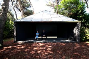 Ganz anders die im Grundriss dreieckige Kapelle von Andrew Berman, die außen den Charme einer Bushalte hat ... aber auch bei der kommt mancher in meditative Stimmung