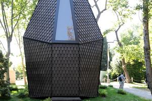 In direkter Nachbarschaft und gleich am Beginn des Ausstellungsprojekts die Kapelle von Francesco Magnani und Traudy Pelzel. Der Schindelhaut kann sich auf den Asplund-Entwurf beziehen