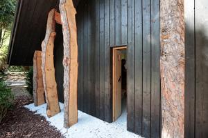Der Mann für kleine Häuser, Terunobo Fujimoro, inszeniert in seiner Kapelle - eigentlich ein kleines Kirchlein - ebenfalls das gewachsene Holz. Die Eingangstür schließt breite Menschen vom Gottesdienst aus