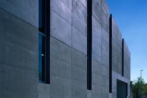 """PREISTRÄGER  Hafven, Coworking und Makerspace, Hannover Auszug Jurytext: """"Das imposante Gebäude ist in Sichtbeton errichtet, unterbrochen von nach oben offenen schmalen Glasflächen. Durch das äußerliche Erscheinungsbild einer großen Halle ist es gelungen, die Vorstellung eines Industriebaus für unsere Zeit zu erreichen. […] Gerade die neuen Firmen und Produkte des Maker Movement, benannt als Kreativ- oder Innovationssektor, passen nicht in die herkömmlichen Kategorien der Wirtschaft. Ebenso wenig passen die benötigten Räume für diese Mischung aus Technologie, Forschung, Produktion und Vertrieb in ein traditionelles Bild. Dem unkonventionellen Konzept des Hafvens, dem auch die Architektur folgt, ist es gelungen, die Anforderungen für neues Arbeiten, besonders für alternative Arbeitsformen, umzusetzen."""" Entwurfsverfasser: Mensing Timofticiuc Architekten, Berlin Bauherrin: Plimo GmbH & Co. KG, Hannover"""