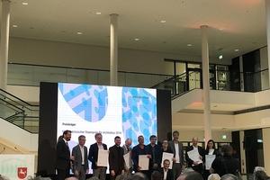 Gruppenfoto aller nominierten Teams mit Urkunden