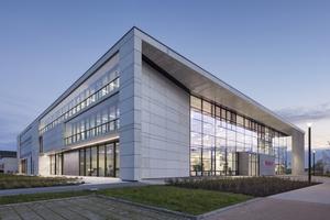 """NOMINIERUNG Solarlux Campus, Melle Auszug Jurytext: """"Das erklärte Ziel der Schaffung gleichermaßen qualitätvoller Arbeitsplätze für alle ist nicht zuletzt ein Zeichen der Wertschätzung für die Mitarbeiter, für deren Gewinnung und Kommunikation untereinander vielfältige Angebote geschaffen werden: vom Betriebsrestaurant 'Kostbar' über Lounge-Bereiche bis zu Terrassen und Liegedecks an einer großen Wasserfläche. […] Das Unternehmen selbst bezeichnet seinen neuen Campus als 'Gebaute Unternehmenskultur' – Glückwunsch: es stimmt!"""" Entwurfsverfasser: DIA 179 German Industry Architecture GmbH, Berlin (Architekt / Generalplaner) Weitere Beteiligte: Statix GmbH, Leipheim (Tragwerksplaner) / INNIUS GTD GmbH, Berlin (TGA) / DIA179 GmbH, Berlin (Fassadentechnik) / FAATZ Lichtberatung, Eckental (Lichtplaner) / DIA 179 mit GRAEF GmbH (Innenarchitektur) / Lützow 7 C. Müller J. Wehberg  Garten- und Landschaftsarchitekten, Berlin (Landschaftsarchitektur) / INNIUS GTD GmbH, Berlin (Energieplaner) / hhpberlin Ingenieure für Brandschutz GmbH, Berlin (Brandschutzplaner) / Kaulich & Hofmann, Lappersdorf (Elektroplaner) / Wissel/Mai GbR, Sarstedt (Sprinklerplaner) / Klier und Partner, Glauchau (Tiefbauplaner) / Dr. Peter Kuczia mit Bartek Witkowski, Osnabrück (Bildende Bauten) Bauherrin: Solarlux GmbH, Melle"""