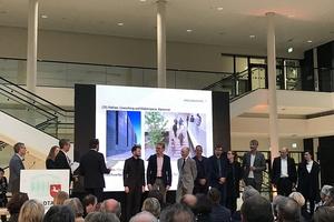 Bauherren und Architekten traten gemeinsam auf die Bühne, um die Nominierungsurkunden in Empfang zu nehmen