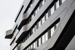 Neben ihrer Unempfindlichkeit gegenüber Witterungseinflüssen und ihrer chemischen Beständigkeit verfügt die Fassade<br />auch über einen materialimmanenten Easy-To-Clean-Effekt<br />
