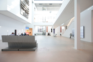 Im Atrium und auf den Galerien, den kleinen Plätzen etc. stehen die Möbel von Oh Studio, Axel Kufus. Ursprünglich wollten die Architekten die Sitzmöbel gerne in Beton haben