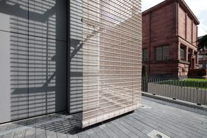 Der Vorhang über dem in Einzelvolumen gegliederten Neubau orientiert sich farblich am Sandstein des Bestands, hier der Jugendstilmuseumsbau als südlicher Querriegel zum Neubau