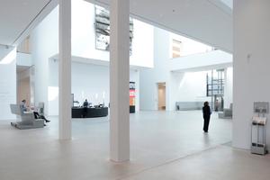 Zentrales Atrium vom Eingang aus gesehen