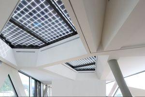 Oben: In den elf zusätzlichen Oberlichtern auf dem Dach befinden sich monokristalline Zellen