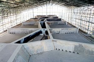 Die Voronoi-Dachstruktur während der Bauzeit. Die Stege der Stahlbleche stehen nicht immer lotrecht, sondern zeichnen die geneigten Wände einer dreidimensionalen Voronoi-Zelle ab