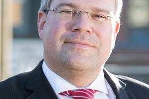 """<p>Christian D. Esch, LL.M. (rechts) ist Rechtsanwalt und Partner bei Graf von Westphalen. Er ist Fachanwalt für Bau- und Architektenrecht. Er ist Vorstandsmitglied des BIM HUB Hamburg, Mitglied im Arbeitskreis zur Erstellung des Blatts 10 zur VDI BIM-Norm 2552 und Autor des Gutachtens Rechtliche Auswirkungen von BIM auf die Bauindustrie. <a href=""""http://www.gvw.com"""" target=""""_blank"""">www.gvw.com</a></p>"""