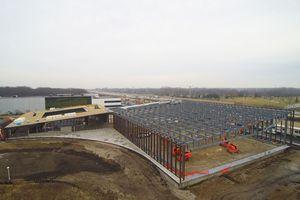 Die als Stahlhohlkastenkonstruktion gefertigten Vierendeelträger wurden jeweils in drei Schüssen zu 15m Länge vorgefertigt und vor Ort auf die vorab montierten Pfosten auf- gelegt