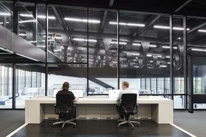 Im Controllcenter, der Schaltzentrale mit großen Displays, können die Besucher des Showrooms in Echtzeit die Vorgänge der Industrie 4.0-Lösungen mitverfolgen