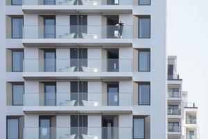 Auf den Balkonen der Südfassade stehen Badewannen, in denen der Gast mit Blick über Düsseldorf im Freien baden kann