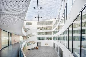 Über 22m spannt die Dachkonstruktion des Atriums