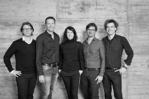 <p>kadawittfeldarchitektur</p><p>1999 in Aachen gegründet, steht das Büro heute für einen interdisziplinären Ansatz von Architektur, Innenarchitektur und Design und an der Schnittstelle zwischen städtebaulicher Planungen und urbanen Projekten. In einem Team von über 150 Mitarbeitern entstehen Räume zum Leben, Kommunizieren, Wohnen und Arbeiten.</p>