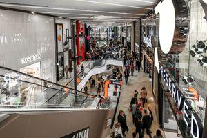 Der Neubau beherbergt auf vier Ebenen mit einer Gesamtfläche von insgesamt 42000m² mehr als 100 Geschäfte sowie rund 20 Gastronomiebetriebe