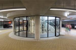 Durch die verglasten runden Treppenaufgänge der drei Hauptzugänge fällt großzügig Tageslicht in die Parkgarage