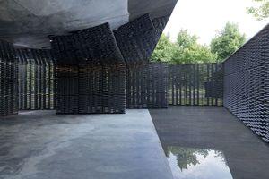 Schwarze Betondachsteine tragen ein auf der Unterseite reflektierendes Dach