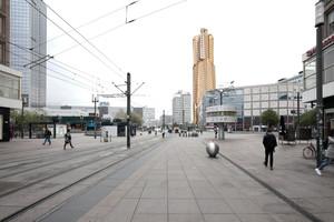Frank Gehrys goldener Turm am Alex hat dem Investor Hines bisher noch kein Glück gebracht