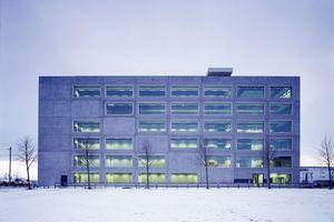Bauzentrum Riem, 2003. Das Gebäude wurde durchgängig in Stahlbeton-Fertigbauweise errichtet, seine Fassade kann als eine Stapelung von großen aneinandergereihten Schaufenstern gelesen werden