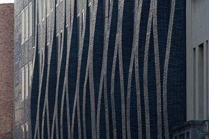 Umbau und Sanierung TU München, 2013. Für das stark sanierungsbedürftig gewordene Institutsbebäude entwickelten Hild und K Architekten eine neue Außenhaut, die Bezüge aufnimmt sowohl zur umgebenden Bebauung des TU Stammgeländes als auch zum Bestandsbau selbst