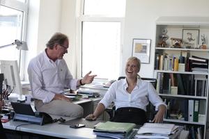 Der eine geht, die andere kommt:  Burkhard Fröhlich räumt nach 30 Jahren Chefredakteursein den Stuhl für Sandra Greiser, neue Chefredakteurin DBZ DeutscheBauZeitschrift