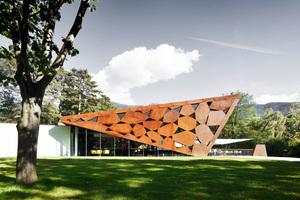 Die Stahlelemente der Dachkonstruktion finden sich gestalterisch auch an der Restaurantdecke wieder<br />