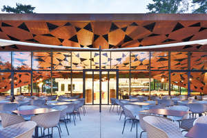 Die Fassade ermöglicht den Gästen den Durchblick zwischen Restaurant und Terrasse