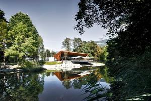 Das Restaurant öffnet sich über die Terrasse zum See im Lido Park Brixen<br />