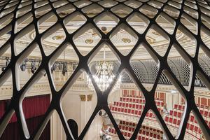 Nachhallgalerie zur Verbesserung der Akustik: Hierfür wurde die Saaldecke um 5 m angehoben<br />