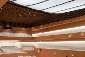 Die hochkomplexe Konstruktion des Deckensegels sorgt für perfekten Klang auf allen Plätzen im Saal. In den Zwischenräumen der einzelnen Elemente ist die Bühnenbeleuchtung integriert.<br />