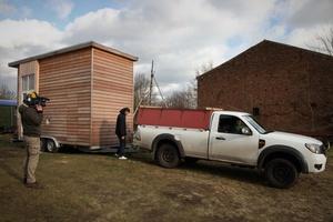 Auf gerade einmal zehn Quadratmetern bieten Tiny-Häuser Wohnen auf kleinstem Raum: mit Bett, Bad und Küche. Die winzigen Häuser stehen auf Rädern und können bei jedem Umzug mitgenommen werden
