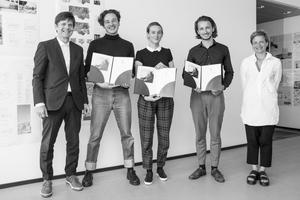 Preisverleihung: Gerhard G. Feldmeyer mit den Preisträgern Jonas Illigmann, Luise von Zimmermann, Matti Hänsch und Prof. Barbara Holzer