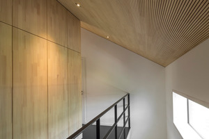 """Die eingestellte """"Holz-Box"""" für Sanitär und Technik ist ebenfalls mit Paneelen aus Weißtannenholz verkleidet und harmonisiert so perfekt mit der Weißtannenoberfläche der Dachuntersicht<br />"""