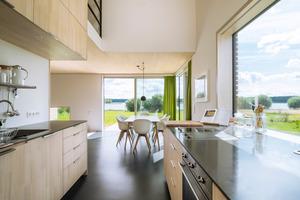 Weißtannenholz, helle Wandflächen und viel Licht charakterisieren die Innenräume<br />&nbsp;<br />