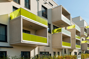 Ein besonderes Merkmal der Fassade sind die vor Ort aus Beton hergestellten Balkone mit grün eingefärbter Glasbrüstung, die wie Rahmen auf die Fassade gesetzt sind<br />