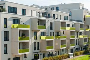 Die namensgebenden Frames, die wie herausgezogene Schubladen unregelmäßig an der weißen Außenfassade hervorstehen, strukturieren das Gebäude und öffnen den Wohnraum nach außen<br />