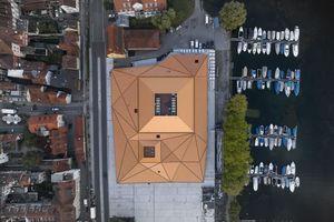Von oben auf die Inselhalle Lindau geschaut, ist der Lichthof gut sichtbar